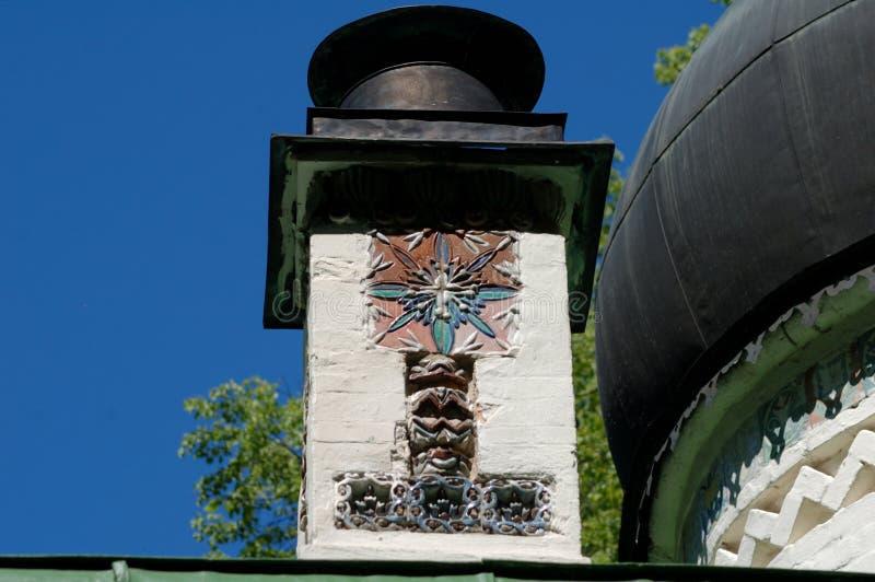Chimenea con las tejas de cerámica del arte fotografía de archivo libre de regalías