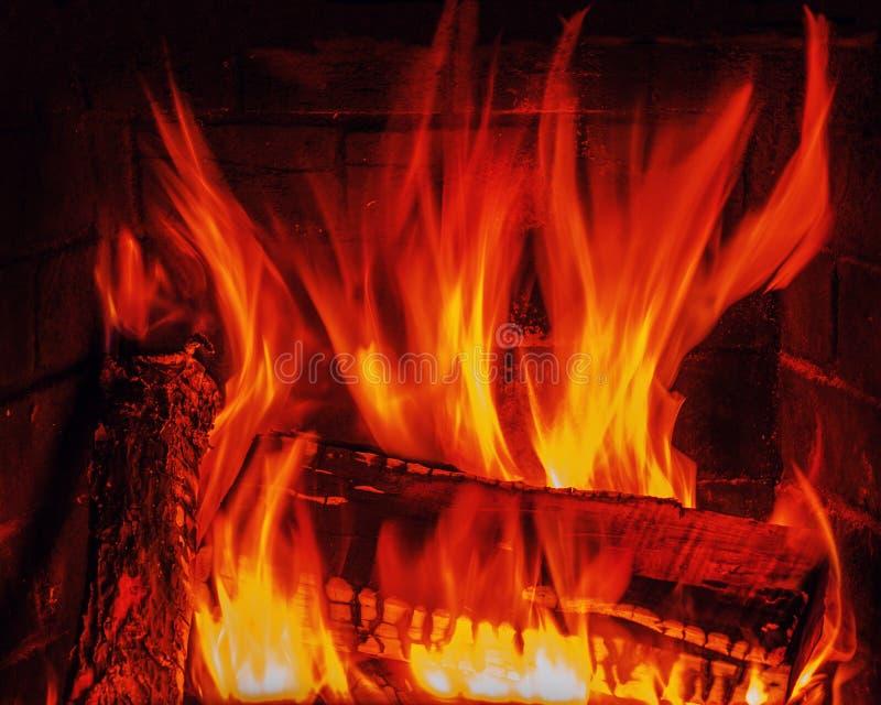 Chimenea con leña y la llama del abedul. imágenes de archivo libres de regalías