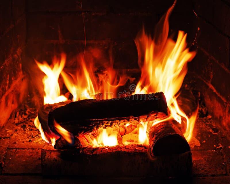 Chimenea con leña y la llama del abedul imagen de archivo libre de regalías