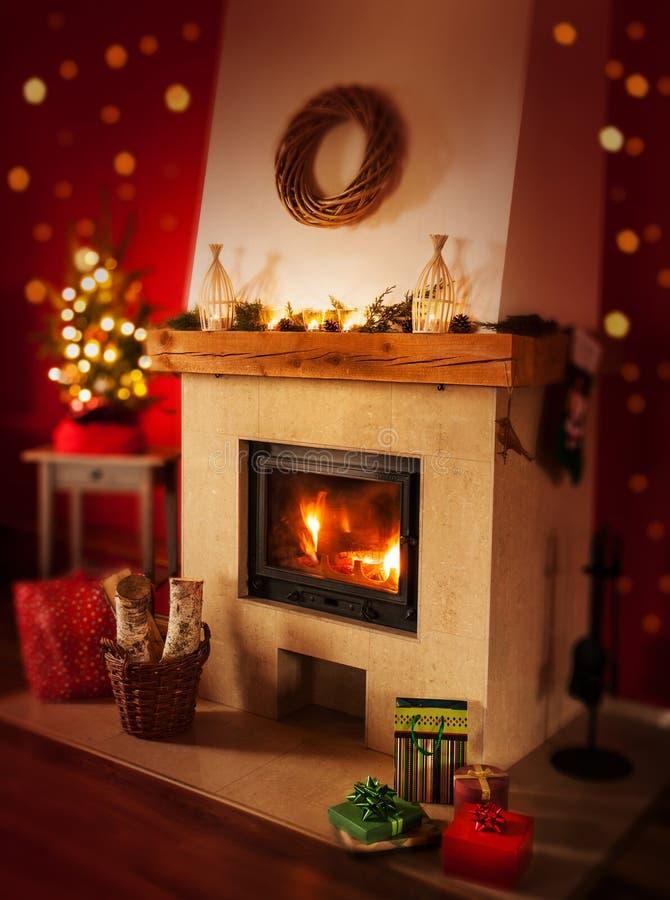 Chimenea con los regalos, árbol de navidad - decoración interior casera imagenes de archivo