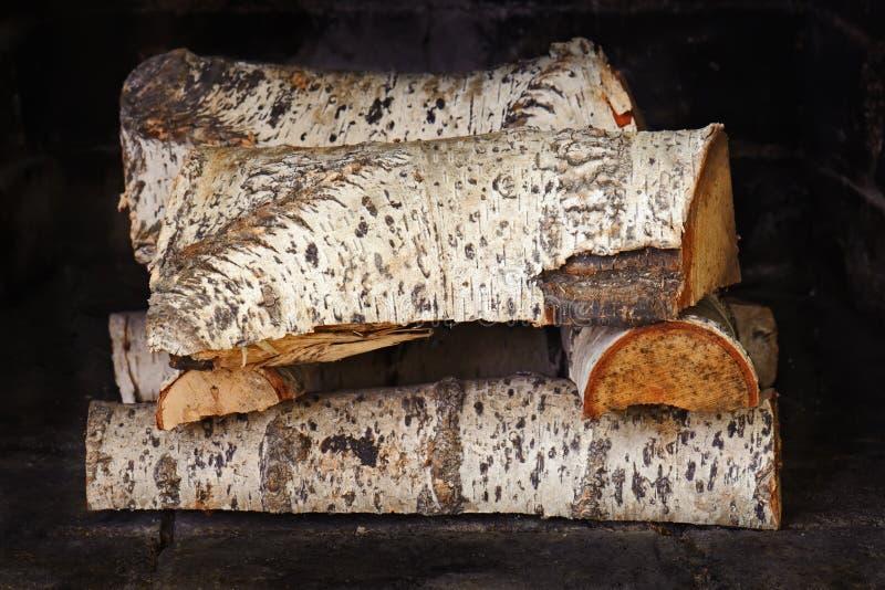 Chimenea con madera de abedul. imagenes de archivo