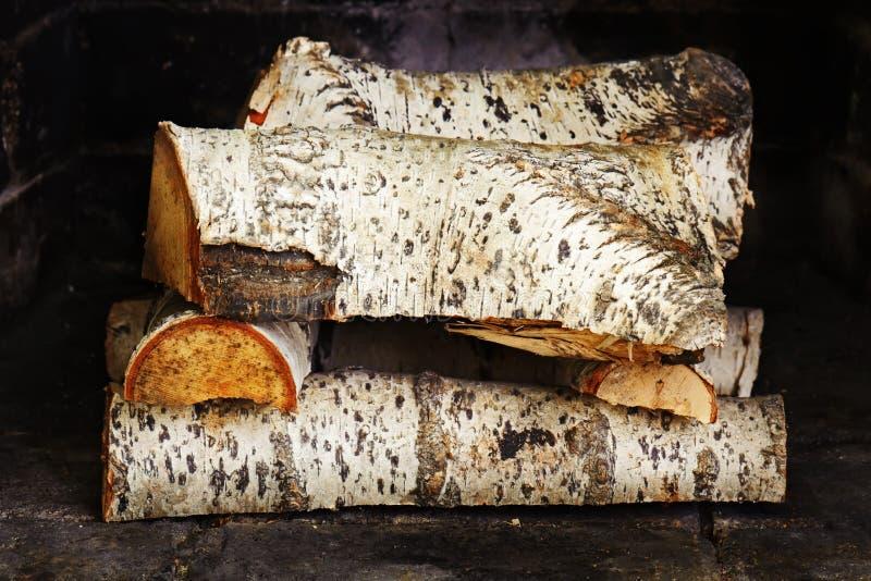 Chimenea con madera de abedul imagenes de archivo