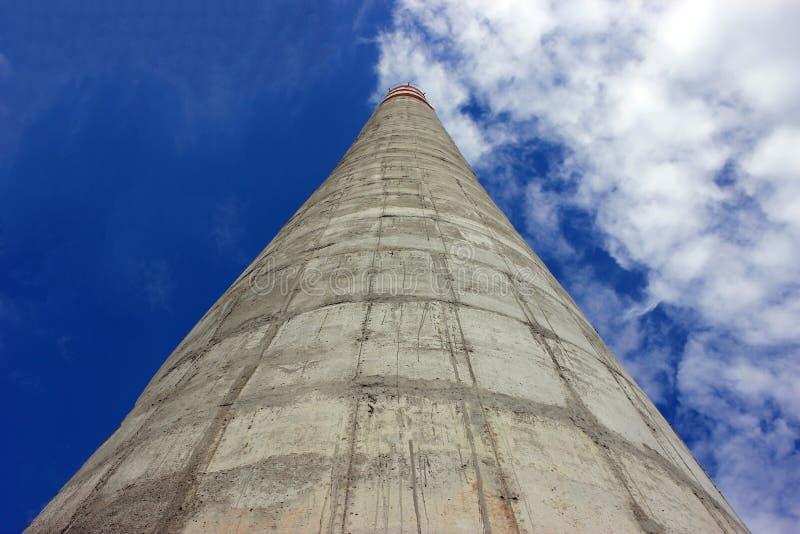 Chimenea concreta de la fábrica grande El vapor se escapa del tubo contra el cielo Emisiones industriales de agentes contaminador imagenes de archivo
