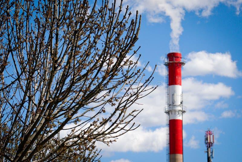 Chimenea de la calefacción en el cielo azul imagenes de archivo