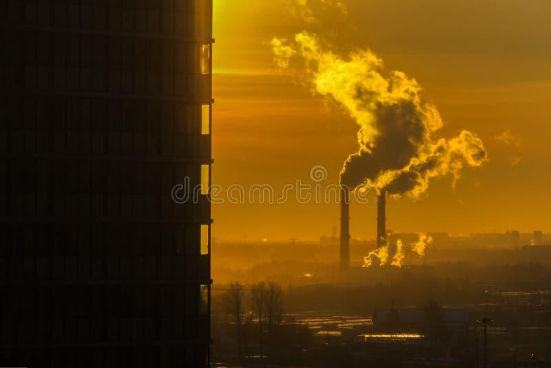 Chimenea de la chimenea de la contaminación atmosférica del tubo que instala tubos humo foto de archivo