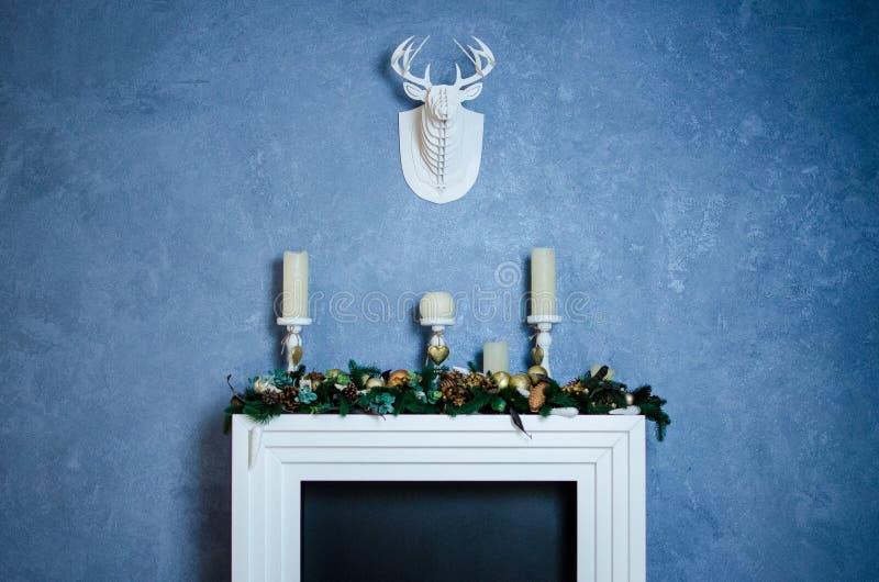 Chimenea de la Navidad con la cabeza decorativa de los ciervos imagenes de archivo