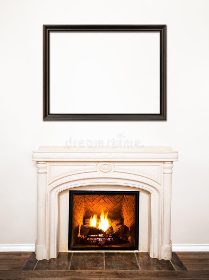Chimenea de mármol blanca lujosa y pared vacía fotos de archivo
