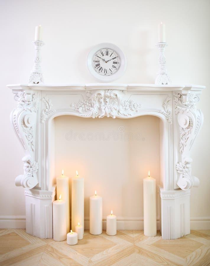 Chimenea decorativa con las velas imagen de archivo