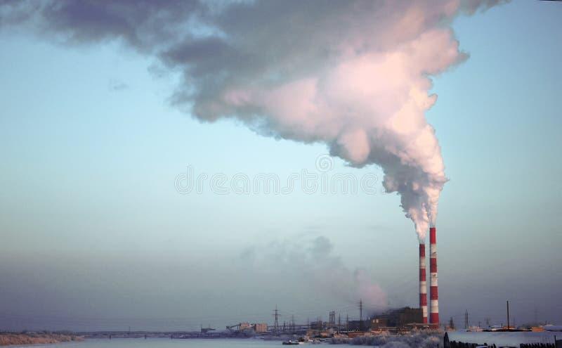 Chimenea del ladrillo de la fábrica El humo de la planta de la cogeneración del tubo Vapor que se escapa de una trompeta en el fo fotos de archivo