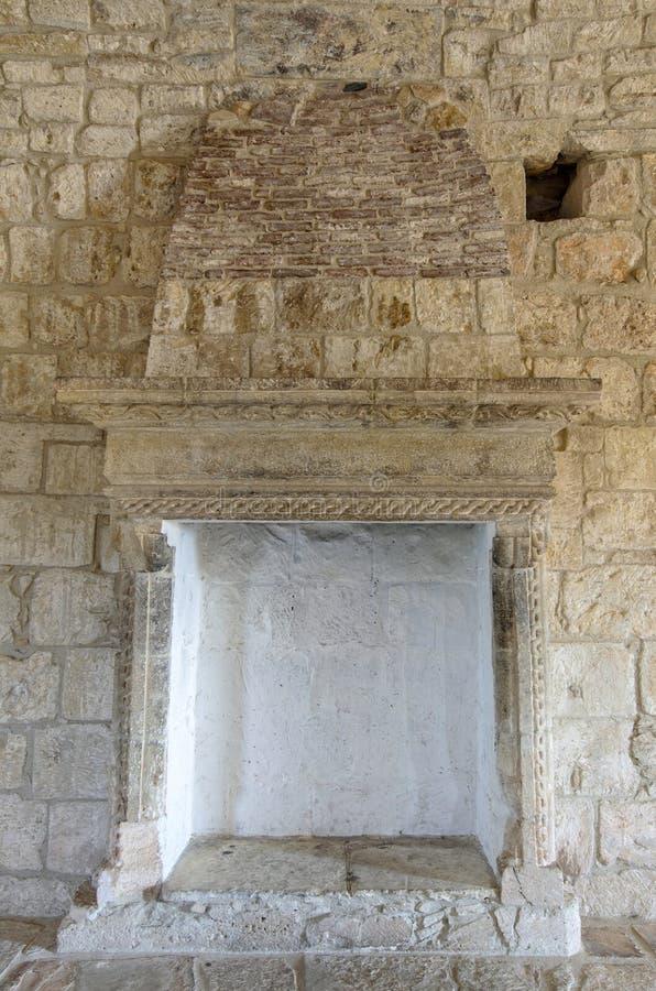 Chimenea en castillo medieval imagenes de archivo