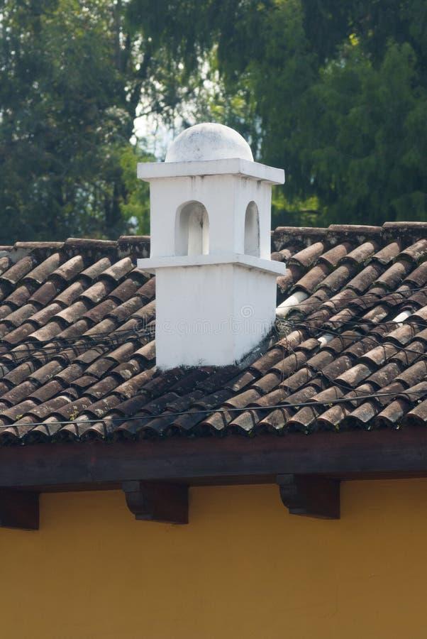 Chimenea en detalle al aire libre del tejado de Antigua Guatemala Sistema de salida del humo de hogares en Antigua Guatemala imagen de archivo