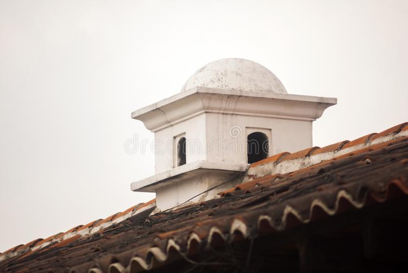Chimenea en detalle al aire libre del tejado de Antigua Guatemala Sistema de salida del humo de hogares en Antigua Guatemala, Ame imagen de archivo