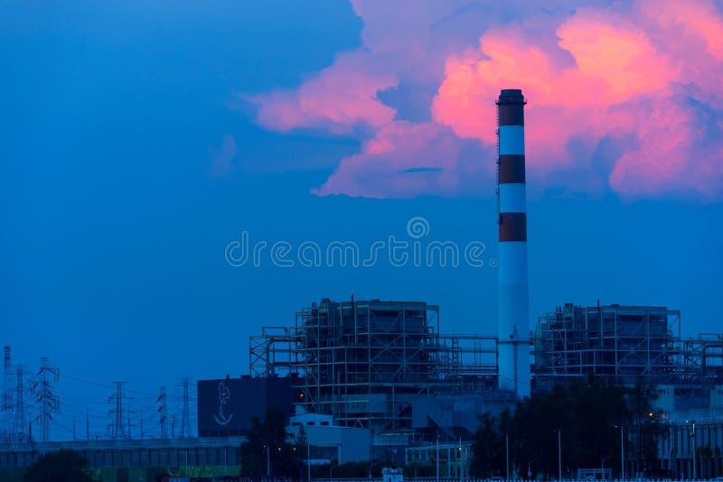 Chimenea en la planta eléctrica termal de la industria del generador, estación de la central eléctrica de Bangpakong foto de archivo libre de regalías