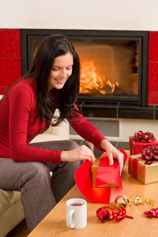 Chimenea feliz del hogar de la mujer del presente del abrigo de la Navidad foto de archivo libre de regalías