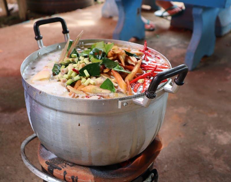 Chimenea que cocina las hierbas tailandesas con el pote de ebullición imágenes de archivo libres de regalías
