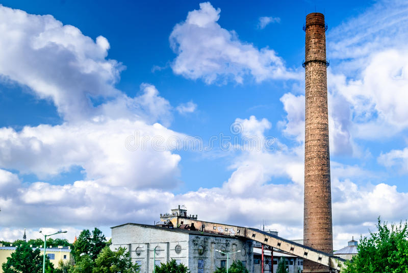 Chimenea vieja de la fábrica por Tallinn en Estonia fotos de archivo libres de regalías