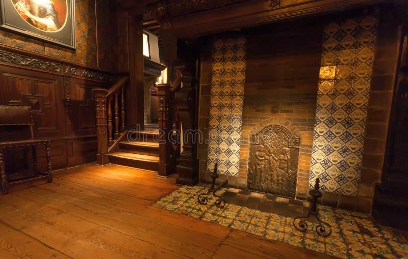 Chimenea vieja en sitio con muebles de madera, en el museo de la impresión de Plantin-Moretus, sitio del patrimonio mundial de la imágenes de archivo libres de regalías