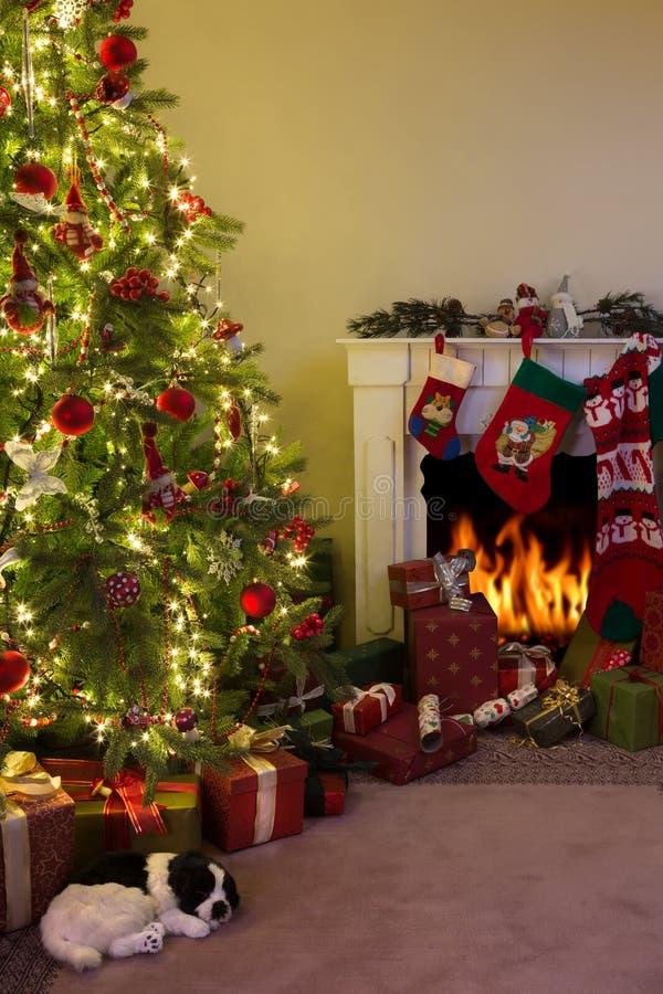Chimenea y árbol de navidad imagen de archivo libre de regalías