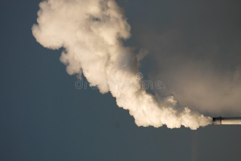 Chimenea y humo de la fábrica imagen de archivo