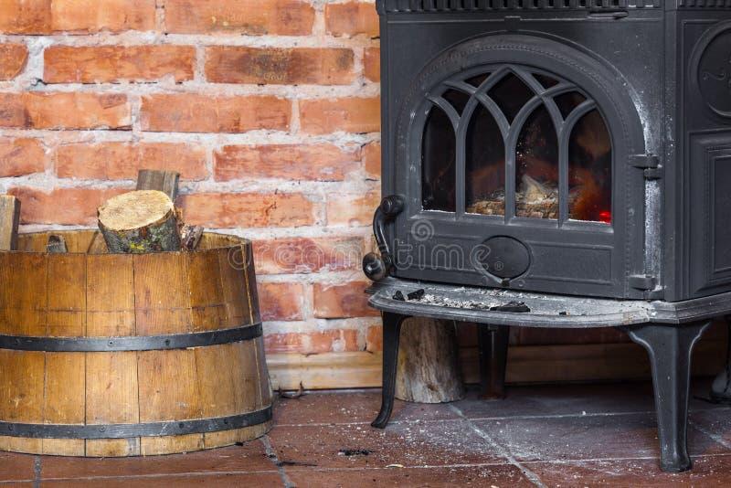 Chimenea y le a en barril calefacci n imagen de archivo - Adaptar chimenea para calefaccion ...