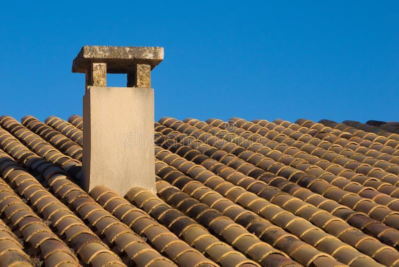 Chimenea y tejas españolas foto de archivo