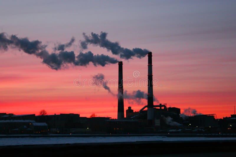 Chimeneas con humo: concepto del calentamiento del planeta fotografía de archivo libre de regalías