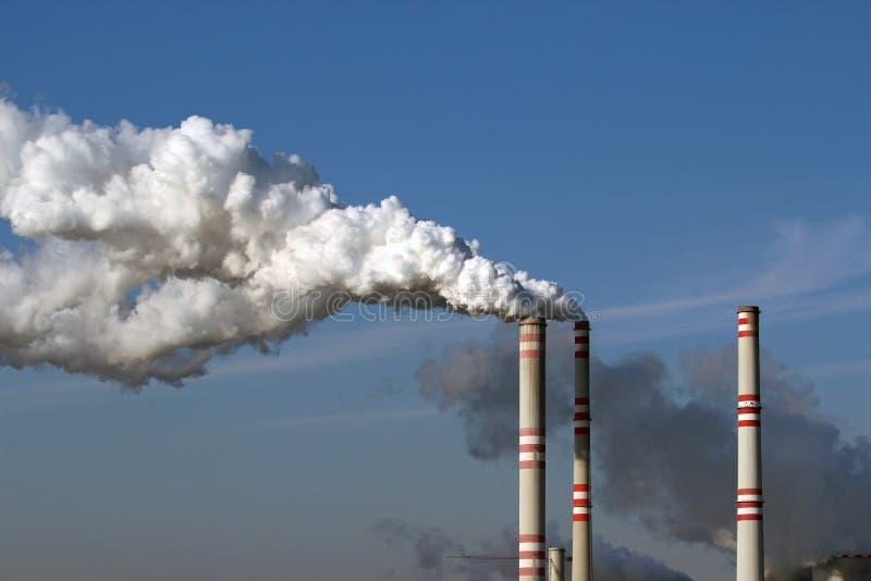 chimeneas de la central eléctrica de carbón foto de archivo