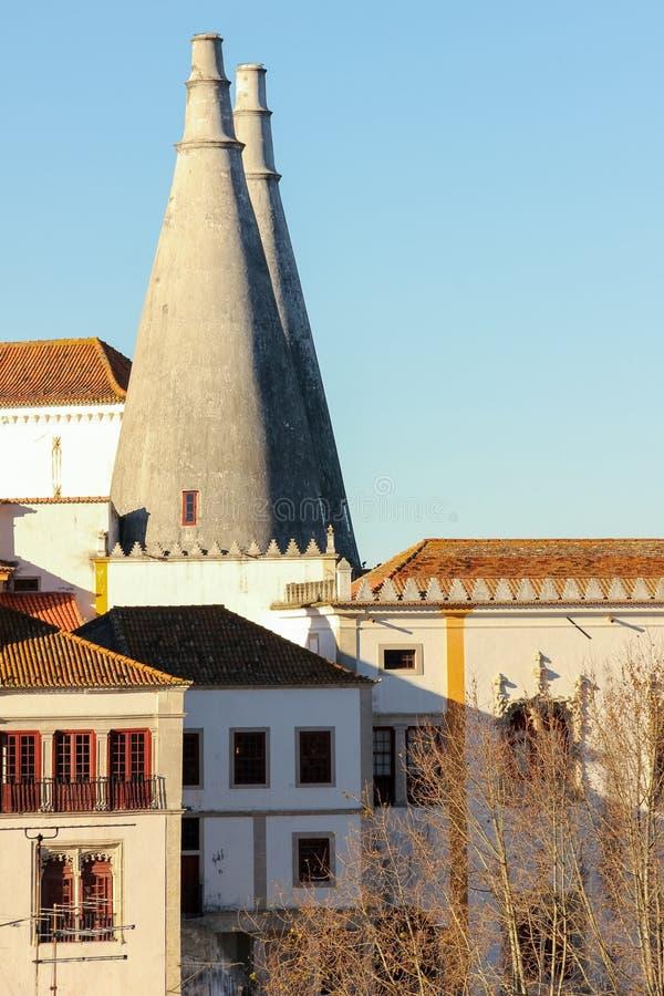 Chimeneas de la cocina. Palacio nacional de Sintra. Portugal imagen de archivo