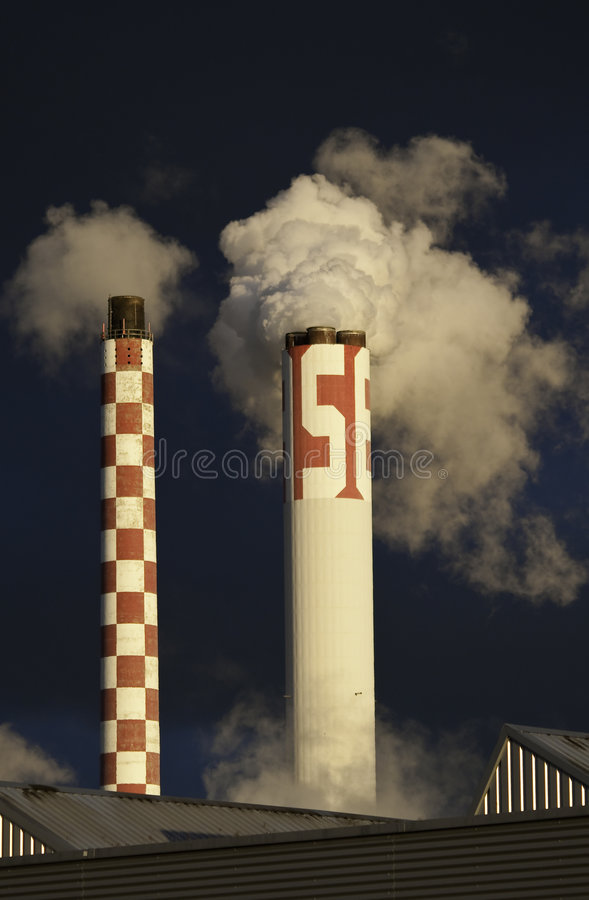 Chimeneas industriales que fuman fotos de archivo libres de regalías