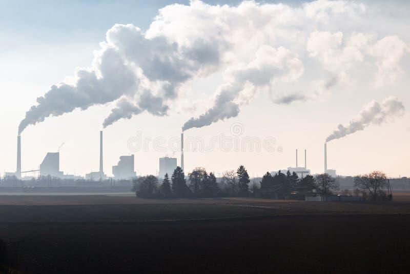 Chimeneas que fuman de una planta encendida carbón del poder imágenes de archivo libres de regalías