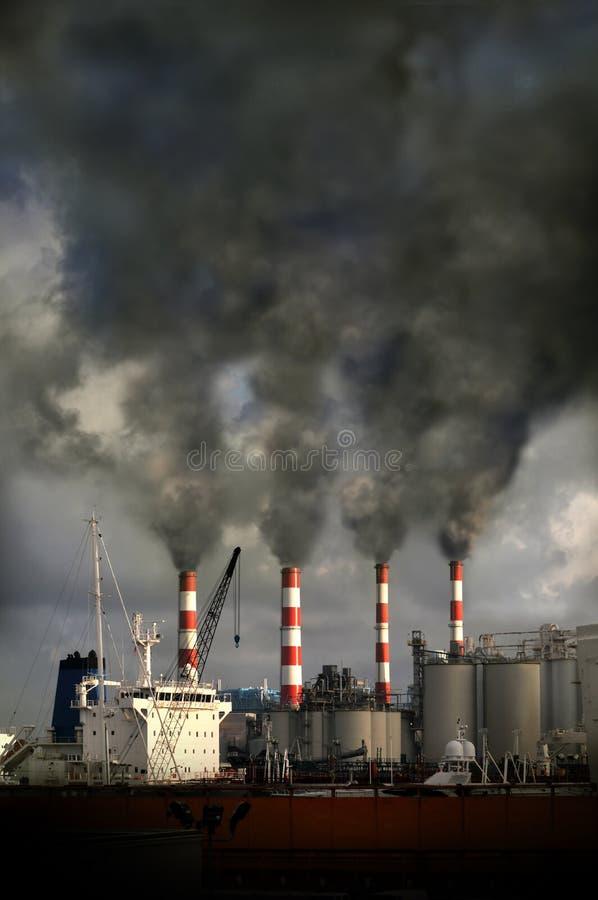 Chimeneas que soplan la contaminación imagenes de archivo