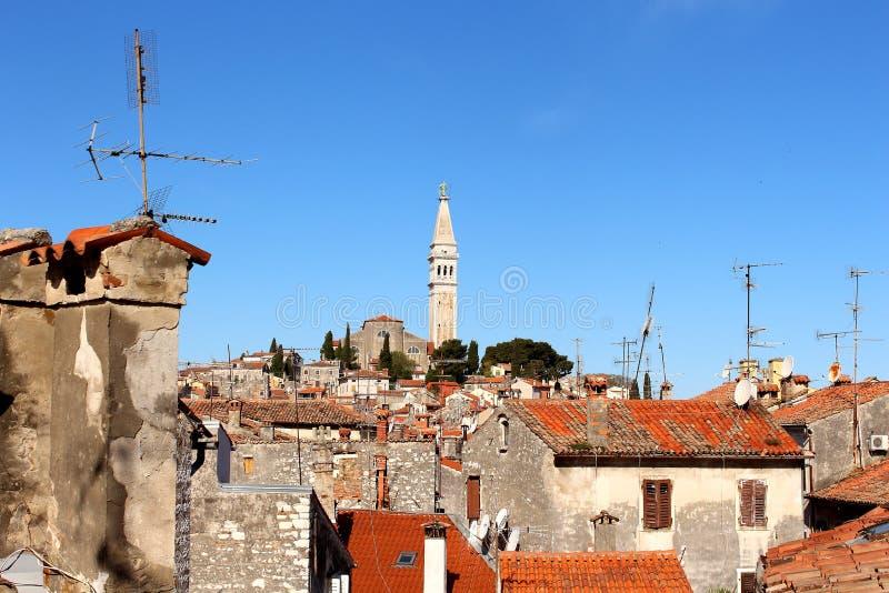 Chimenys och kyrkligt torn royaltyfria bilder
