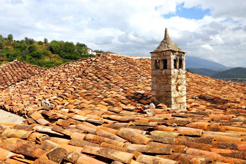 Chimey su argilla rossa copre il tetto fotografie stock libere da diritti