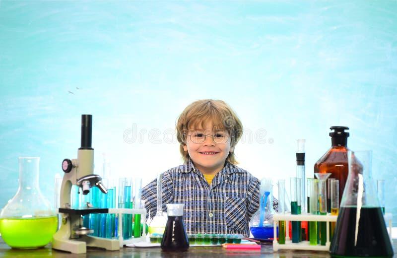 Chimica l'aula di scienza Chimica di anno minore esperimento Bambino dalla scuola primaria Primo giorno di scuola chimica immagini stock