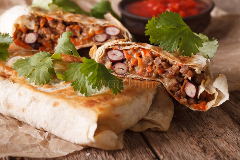 Chimichanga用绞肉、豆和乳酪宏指令 水平 库存照片