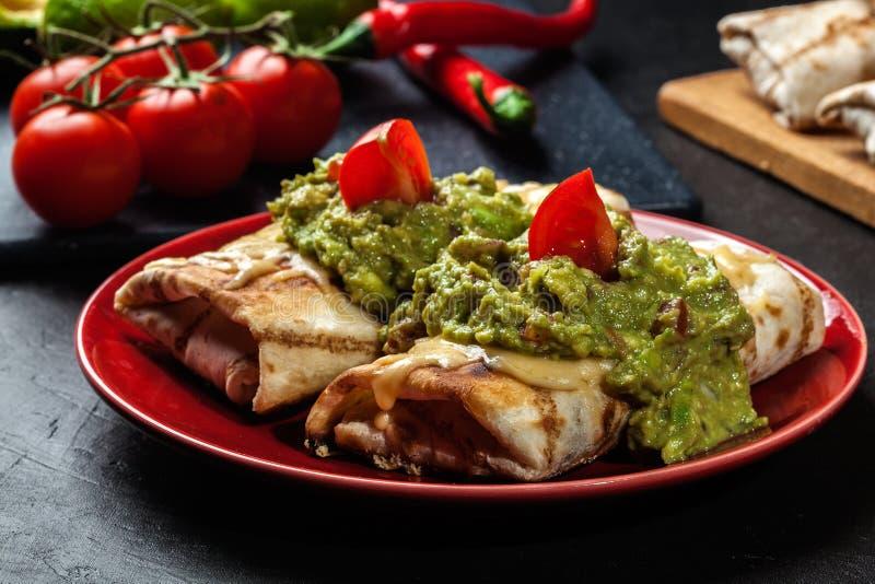 Download Chimichanga Mexicano Com Mergulho Do Guacamole Foto de Stock - Imagem de latin, mexicano: 65575288