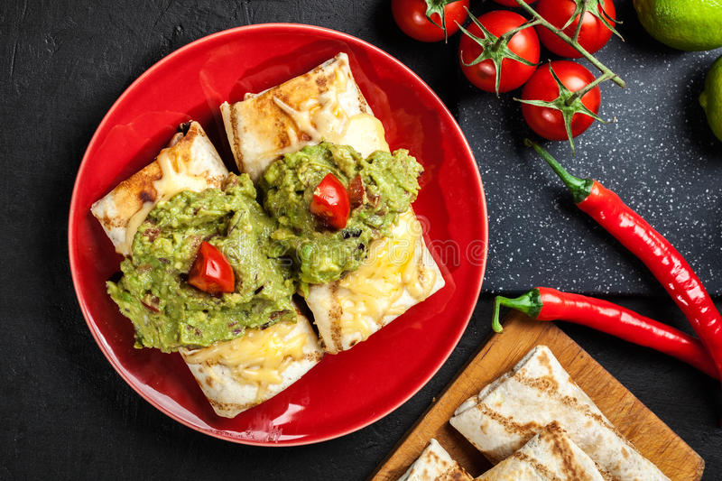 Download Chimichanga Mexicano Com Mergulho Do Guacamole Imagem de Stock - Imagem de mexicano, ingrediente: 65575339