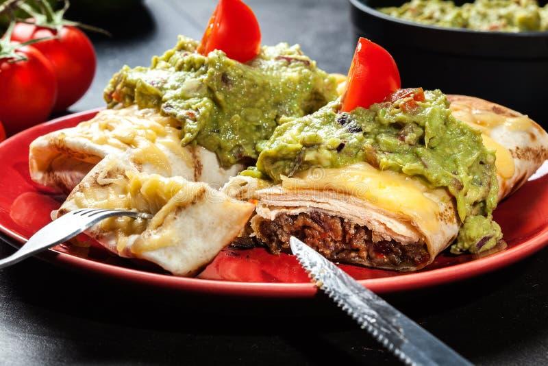 Download Chimichanga Mexicano Com Mergulho Do Guacamole Foto de Stock - Imagem de fritado, norte: 65575360