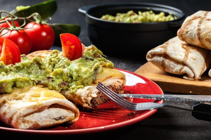 Download Chimichanga Mexicano Com Mergulho Do Guacamole Imagem de Stock - Imagem de burrito, ninguém: 65575385