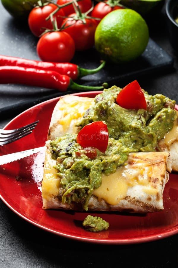 Download Chimichanga Mexicano Com Mergulho Do Guacamole Foto de Stock - Imagem de bacia, pimentão: 65575404