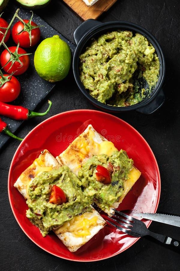 Download Chimichanga Mexicano Com Mergulho Do Guacamole Foto de Stock - Imagem de pimentão, sauce: 65575450