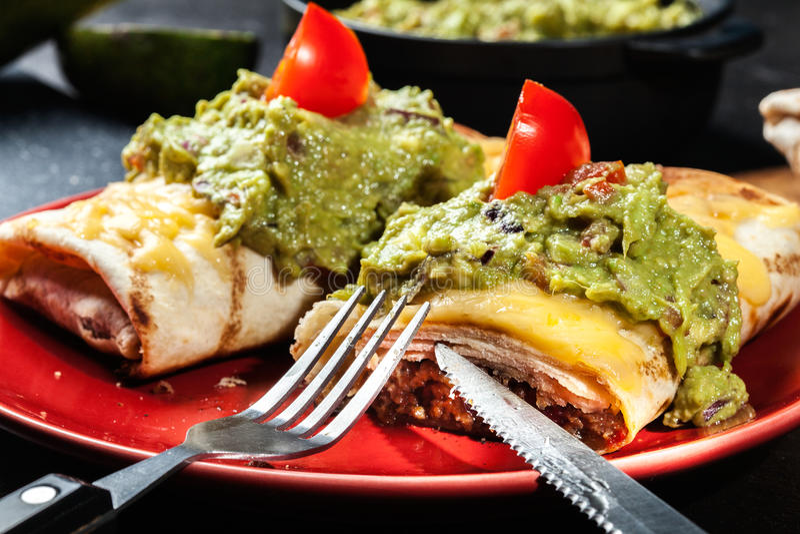 Chimichanga mexicano con la inmersión del guacamole imagen de archivo libre de regalías