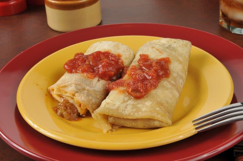 Download Chimichangas met salsa stock foto. Afbeelding bestaande uit maaltijd - 39115138