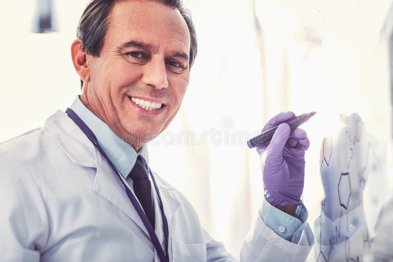Chimico invecchiante che indossa funzionamento blu del guanto immagini stock libere da diritti