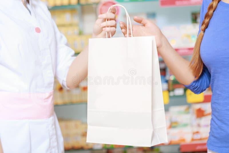Chimiste et client de pharmacie à la pharmacie image libre de droits