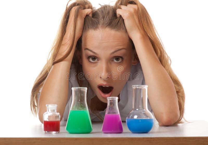 Chimiste et produits chimiques de femme dans des flacons photo libre de droits