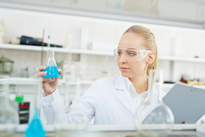 Chimiste féminin Working sur la recherche dans le laboratoire moderne image stock