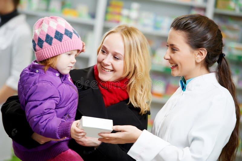 Chimiste, mère et enfant de pharmacie dans la pharmacie images libres de droits