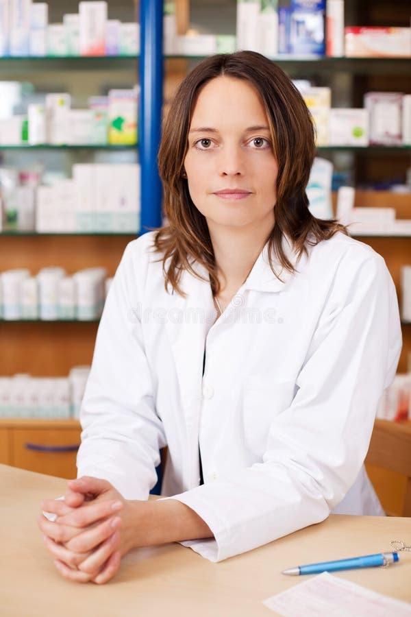 Chimiste sérieux Woman de pharmacien images stock