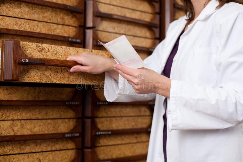 Chimiste Woman With Prescription de pharmacien photographie stock